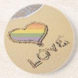 Corazón gay del amor del arco iris en la arena posavasos cerveza