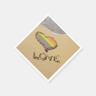 Corazón gay del amor del arco iris en la arena servilleta desechable