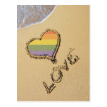 Corazón gay del amor del arco iris en la arena postales