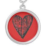 Corazón grabado rayado rojo pendientes