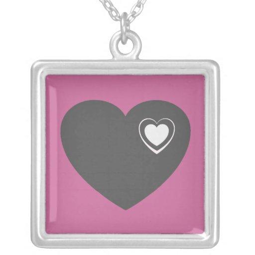 Corazón gris en rosa con el diseño blanco del cora joyerías