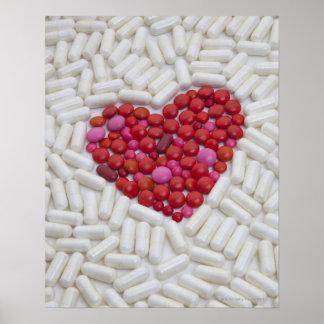 Corazón hecho de píldoras rojas poster