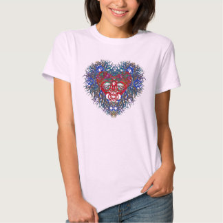 Corazón hermoso en una camiseta playeras
