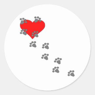 Corazón (impresiones de la pata) pegatina redonda