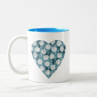 Corazón inspirado de las flores y de las mariposas taza de dos tonos
