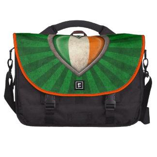 Corazón irlandés envejecido de la bandera con los bolsas para portatil