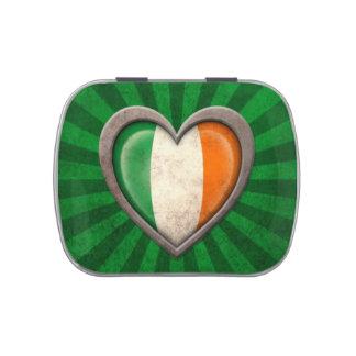 Corazón irlandés envejecido de la bandera con los jarrones de caramelos