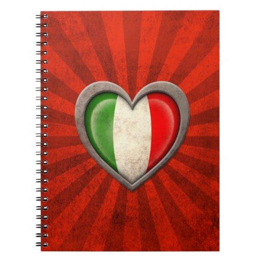 Corazón italiano envejecido de la bandera con los  libros de apuntes con espiral