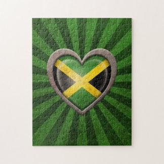 Corazón jamaicano envejecido de la bandera con los puzzles