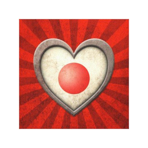 Corazón japonés envejecido de la bandera con los r impresiones en lienzo estiradas