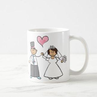 Corazón lindo del amor del novio de la novia de lo taza básica blanca