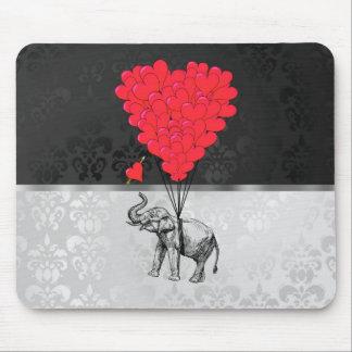 Corazón lindo del elefante y del amor en gris alfombrillas de raton