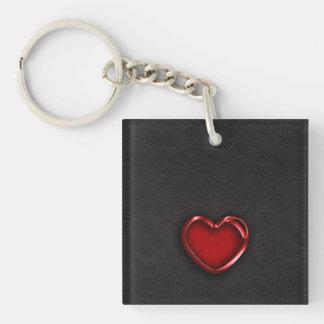 Corazón metálico rojo en el cuero negro llavero cuadrado acrílico a una cara