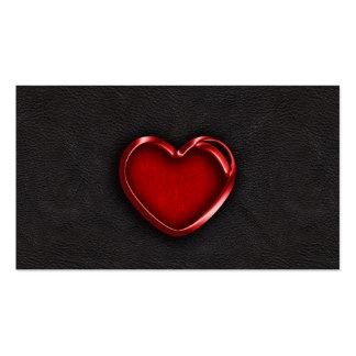 Corazón metálico rojo en el cuero negro tarjetas de visita