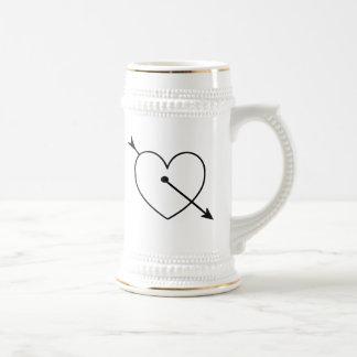 Corazón negro con la flecha jarra de cerveza