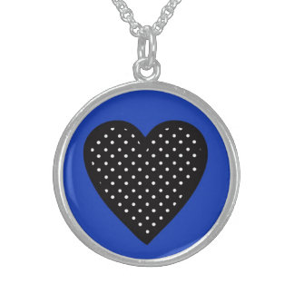 Corazón negro con los lunares en fondo azul collar de plata esterlina