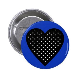 Corazón negro con los lunares en fondo azul pin redondo de 2 pulgadas