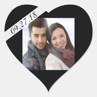 Corazón negro de la foto de la fecha del boda pegatina en forma de corazón