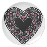 Corazón negro del cordón platos para fiestas
