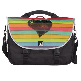Corazón negro en fondo enrrollado de las tejas bolsas para portátil