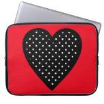 Corazón negro retro del lunar en fondo rojo mangas computadora