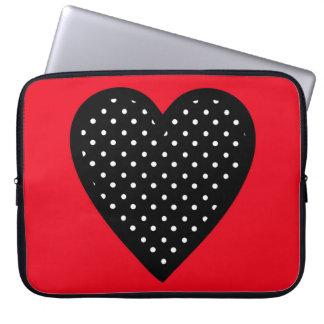 Corazón negro retro del lunar en fondo rojo fundas computadoras