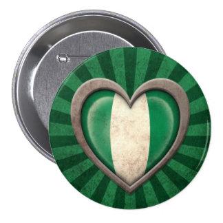 Corazón nigeriano envejecido de la bandera con los pins