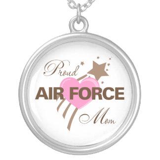 Corazón orgulloso de la mamá de la fuerza aérea colgante redondo