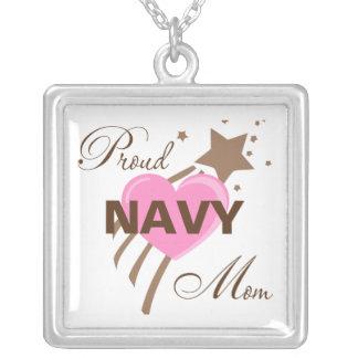 Corazón orgulloso de la mamá de la marina de guerr colgante cuadrado