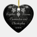 Corazón oscuro gótico elegante del romance junto adorno navideño de cerámica en forma de corazón
