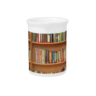 Corazón por completo de libros jarras para bebida