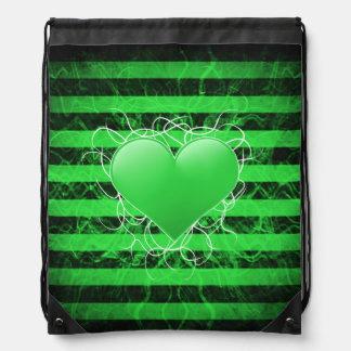 Corazón punky gótico del verde del emo con las mochilas