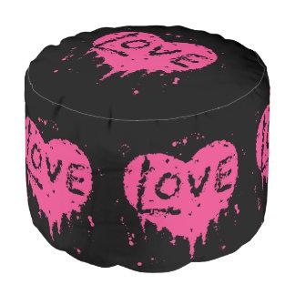 Corazón punky gótico lindo del rosa del amor en la puf redondo