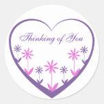 Corazón púrpura con las flores rosadas y púrpuras pegatina redonda