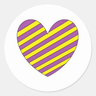 Corazón púrpura y amarillo pegatina redonda