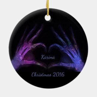 Corazón púrpura y azul de la forma de los dedos de adorno navideño redondo de cerámica
