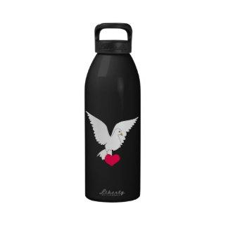 Corazón que lleva de la paloma hermosa del blanco botellas de agua reutilizables