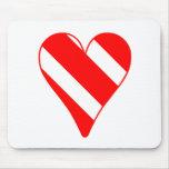 Corazón rayado rojo alfombrillas de ratones