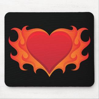 Corazón rojo ardiente engullido en mousepad de las tapetes de ratones