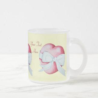 corazón rojo atado con el diseño blanco del arte taza de café esmerilada