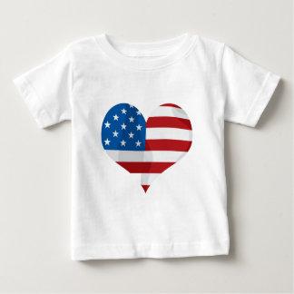 Corazón rojo, blanco y azul patriótico camiseta