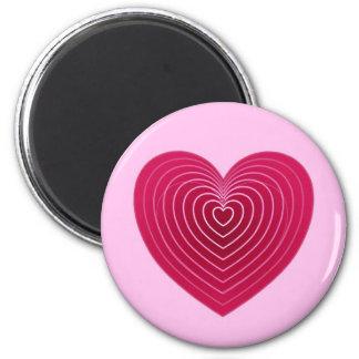 Corazón rojo color de rosa profundo en un pálido - iman de nevera