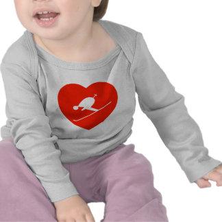 Corazón rojo de esquí del amor camisetas