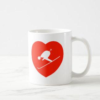 Corazón rojo de esquí del amor tazas