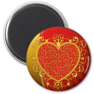 Corazón rojo de la flor de lis del oro imán redondo 5 cm