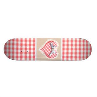 Corazón rojo de la guinga con el gráfico del arco tabla de skate