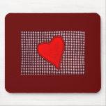 Corazón rojo de la tela escocesa alfombrillas de raton