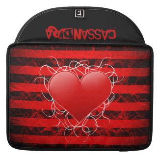 Corazón rojo del emo punky gótico con las rayas funda macbook pro
