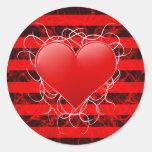 Corazón rojo del emo punky gótico con las rayas etiquetas redondas