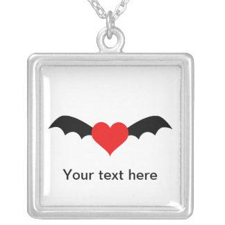 Corazón rojo del gótico con las alas del palo colgante cuadrado